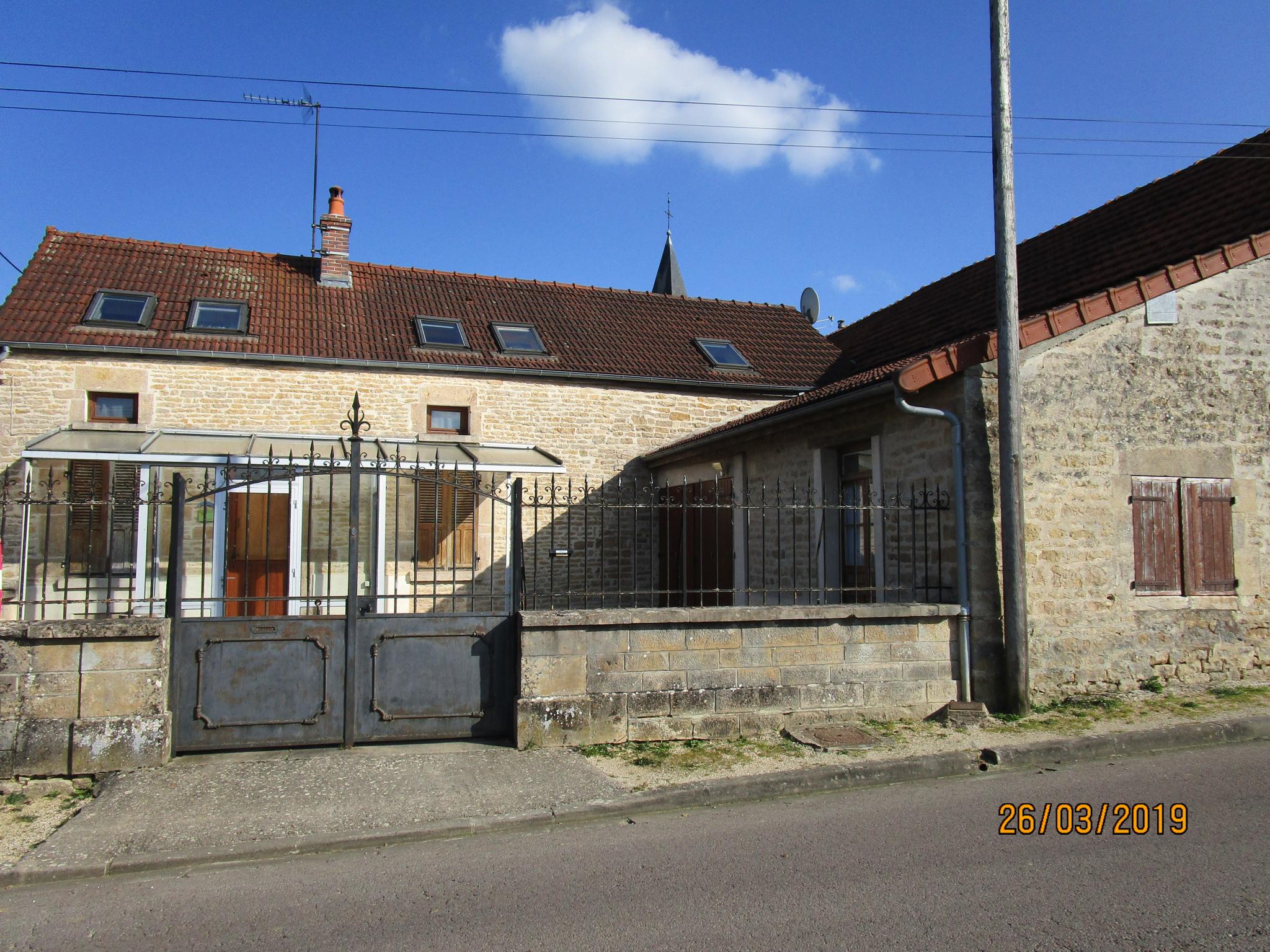 Maison ancienne rénovée avec 3 chambres, grange, cour et jardin clos